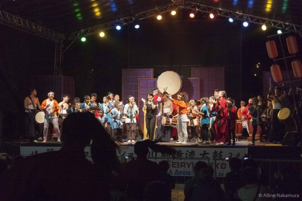 Apoteose: final do espetáculo celebrado com jovens e adolescentes no palco da Japan Fest
